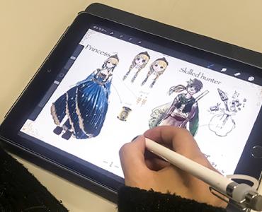 アナログ画材から最新のデジタルツールまで!様々な画材を使いこなす!